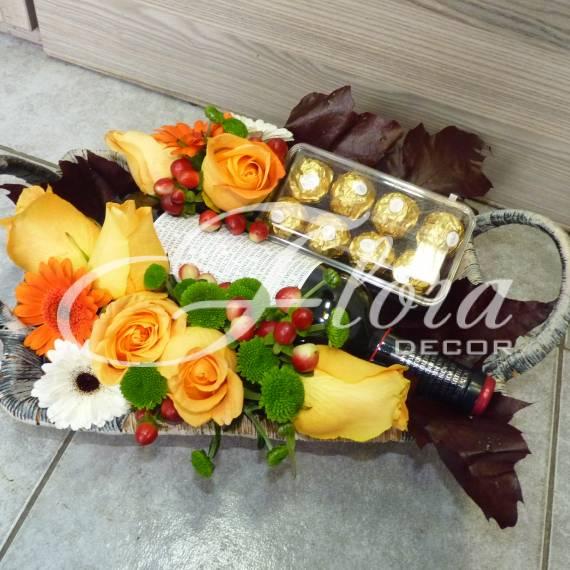Кошница с цветя и бонбони